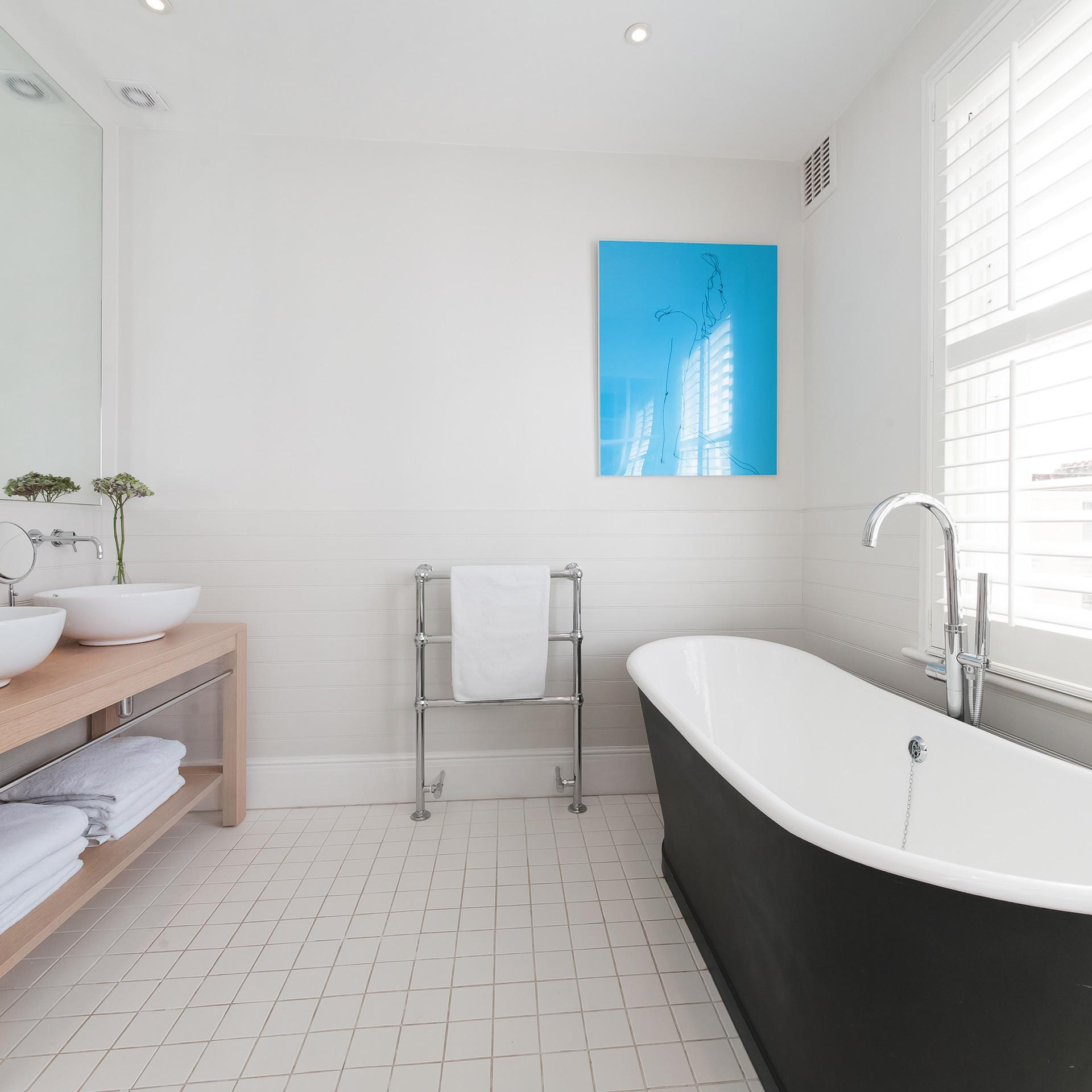 Bathroom with rolltop bath.jpg
