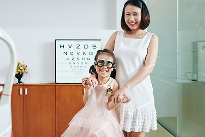 mother-and-daughter-visiting-ophthalmolo