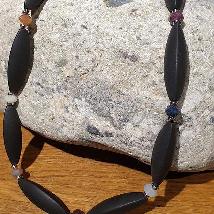 Halskette aus Onyx und Saphiren