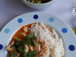 Heute gibt's indisch - Reihe: Rotes Hähnchen - Curry mit Tomaten - Gurken - Salat (8)