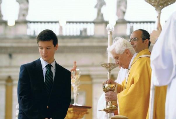 Gonçalo da Cunha Coutinho a comungar das mãos de Bento XVI pela ocasião da Canonização de São Nuno de Santa Maria
