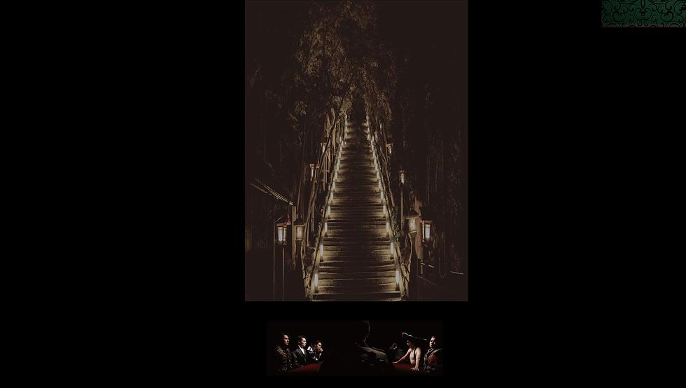 灯篭の光に照らされる階段の写真