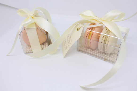 Wedding favours of 2 macarons