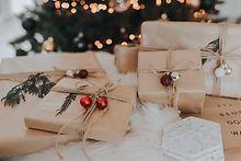 viele verschiedene in braunes papier eingepackte weihnachtsgeschenke