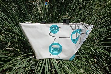 INN.MYBAG Shopper in den Farben Weiß und Hellblau liegt auf Gras