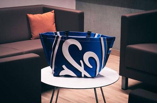 INN.MYBAG Shopper mit Ford Logo steht auf einem Tisch