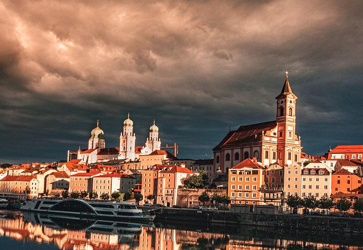 die Stadt Passau in der Abenddämmerung