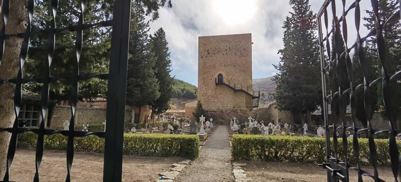 Cementerio con torre medieval