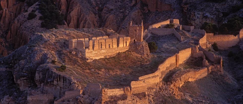 Castillo y muralla medieval / Castle and medieval wall