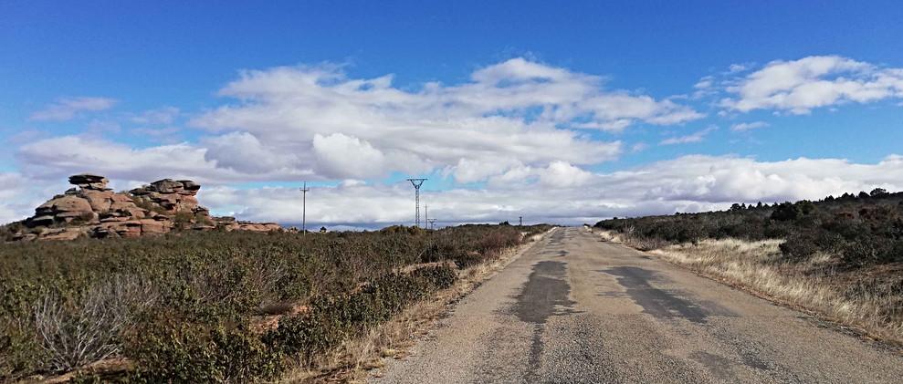 Carretera en el ródeno / Road between rocks
