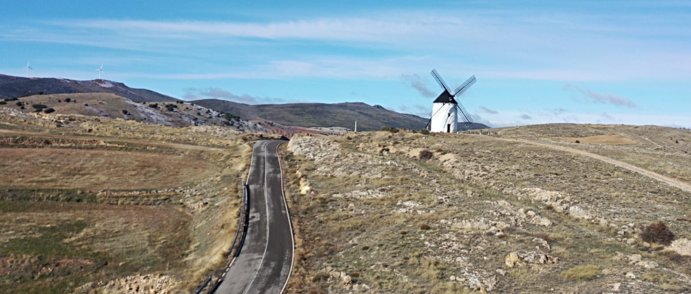 Carretera con molino / Road with old windmill