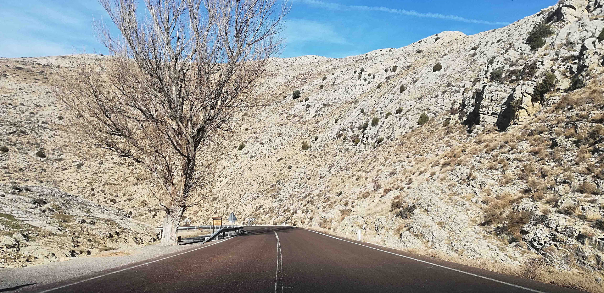 Carretera entre falla / Road between rocks
