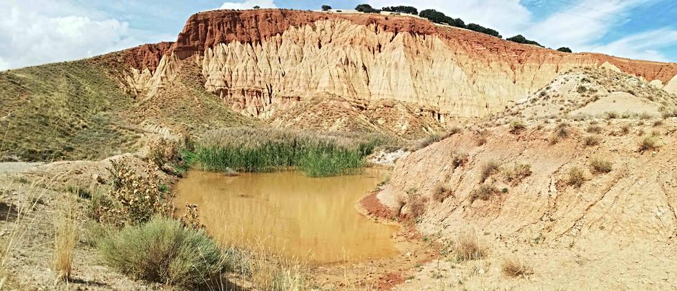 Montaña arcillosa con estanque / Red mountain