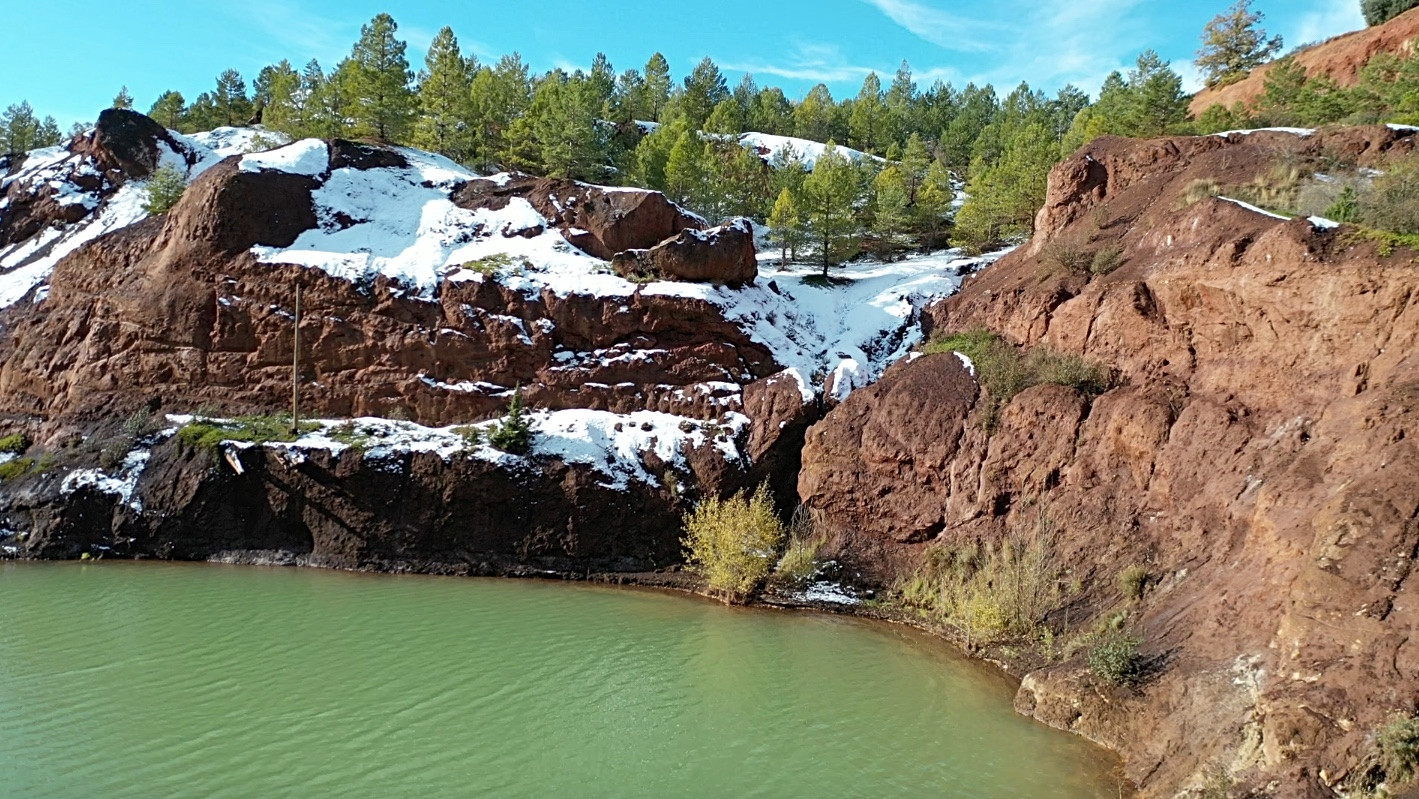 Lago mina con ladera Lake in the mine