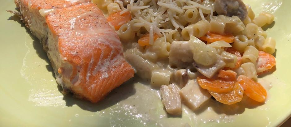 Truite, pâtes, carottes et champignons à la crème