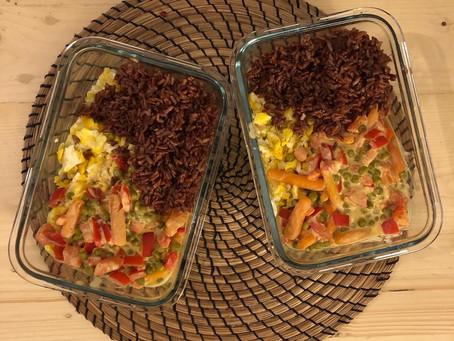 Recette simple et équilibrée poivron, petits pois carottes, riz complet et oeufs brouillés