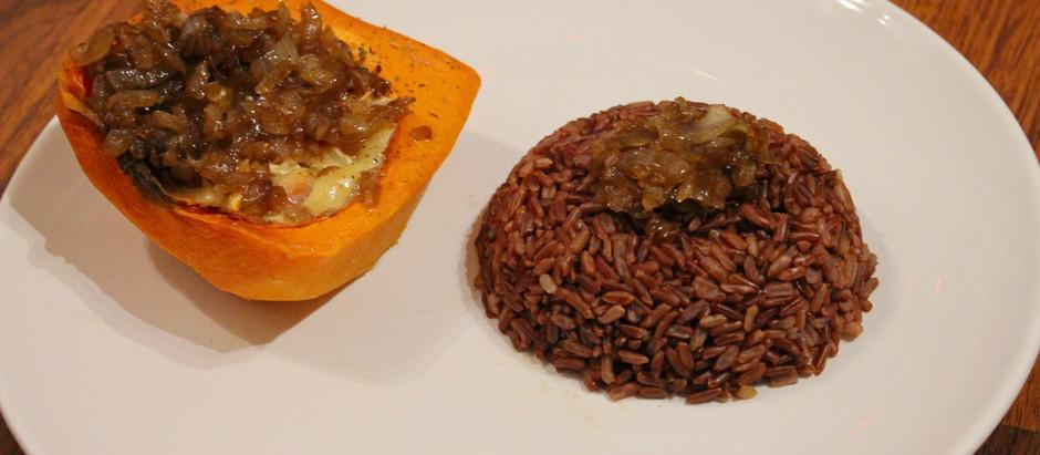 Courge butternut farcie au chèvre et jambon accompagnée de riz complet et compotée d'oignons