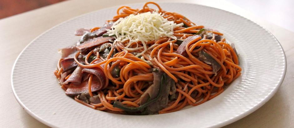 Spaghettis quinoa tomate accompagnées de courgettes et carottes multicolores en lamelles
