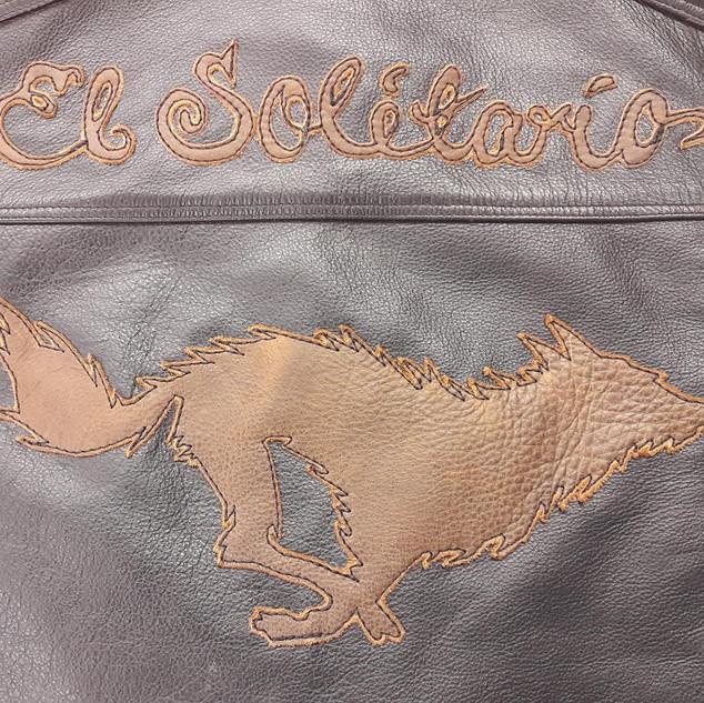 Couture de motifs, patches et autres sur vestes etc.