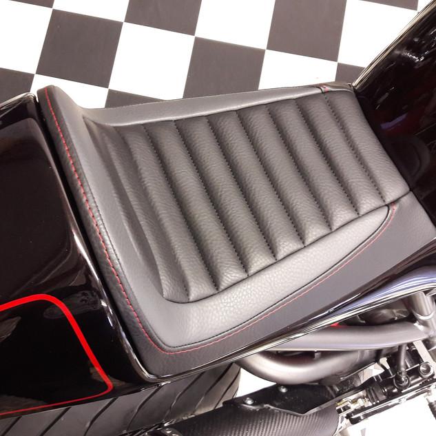 Selle Ducati Monster réalisée entièrement avec travail d'ajustage de la coque au reservoir
