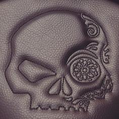 Logo personnalisé. Réalisé en couture
