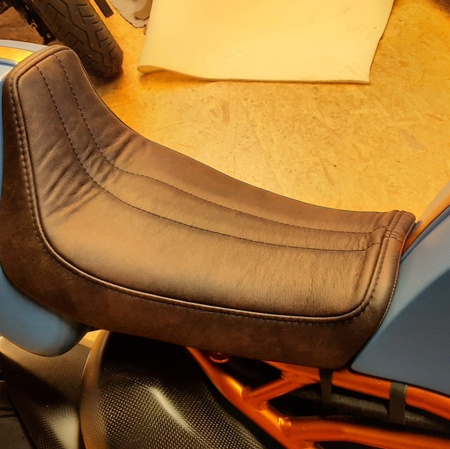 Selle projet Ducati fabriquée entièrement. Base en fibre de verre, rembourrage mousse et housse en cuir.