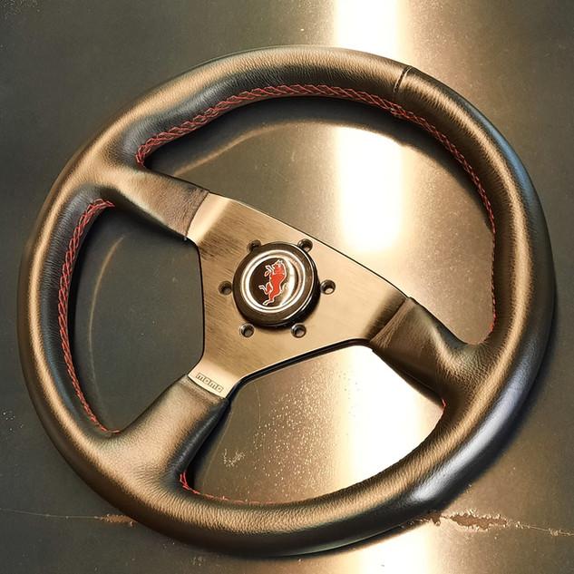 Volant MOMO avec un nouveau cuir. Il sera remonté dans une belle Intermeccanica Italia Spyder.