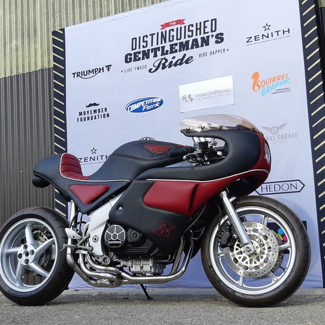 Notre ShowBike, une Honda VFR 750 RC36-2 entièrement modifiée et garnie d'imitation cuir.