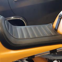 Réalisation de selle unique pour cette Ducati 750ss