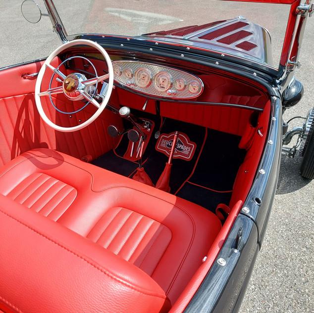 Sellerie cuir rouge Ford Roadster