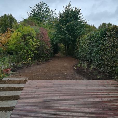 Stadstuin met strak terras en organische achtertuin