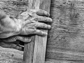Handen aan het hout