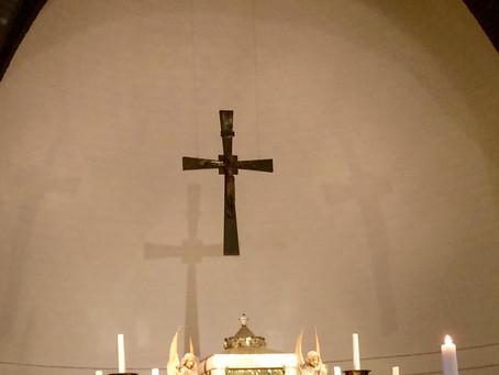 Knielen bij het crucifix