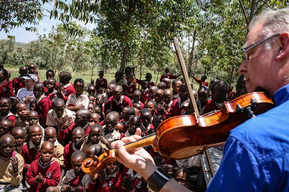 Peter speelt viool voor Masai kinderen