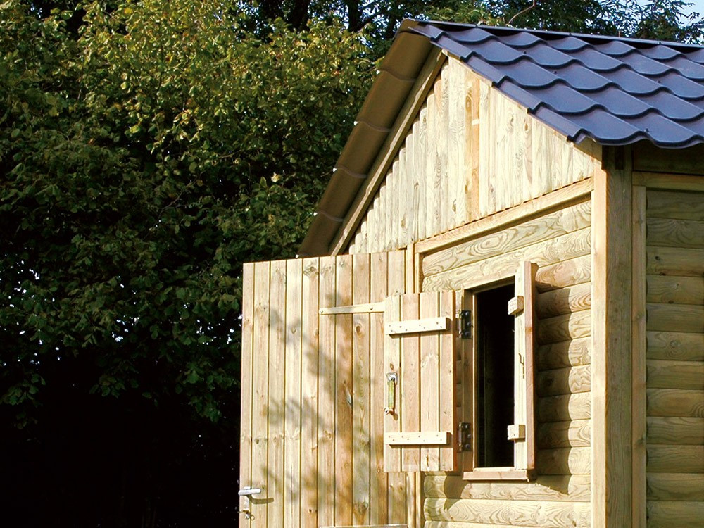 caseta de madera en turf lands green