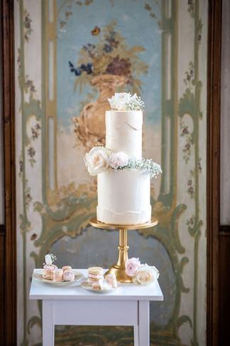 zweistöckige Hochzeitstorte in weiss