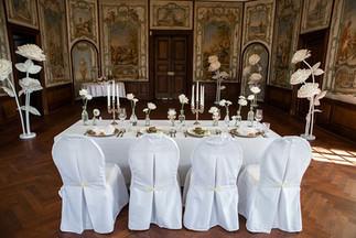 opulente Tischdeko einer Schlosshochzeit au Schloss Miel