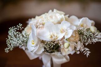 monochromer weißer Braustrauß mit Rosen, Orchideen und Schleierkraut