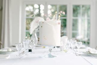 weiße einstöckige Hochzeitstorte