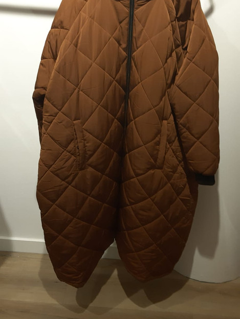 Lange jas in kleur dark camel. maat 54/56. €59