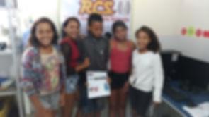 Adolescente conluindo mais uma Edição do Jornal Comunitário.
