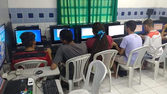 Adolescentes participando das aulas de informática oferecidas pela Instituição.