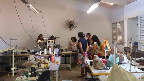 Grupo de mulheres visitam espaço de produção para aprenderem estratégias e aplicar em suas atividades.