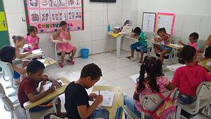 Crianças Realizando atividades do Reforço Escolar.