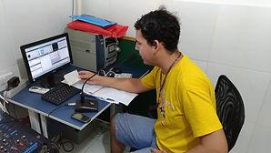 Jovem Pedro apresentando mais um programa na Rádio Comunitária Sintonia.