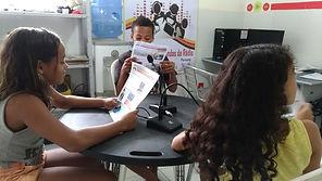 Adolescentes apresentando para a comunidade as informações contidas em mais uma Edição do Jornal Comunitário.