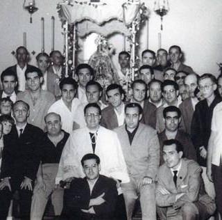 Junta de Gobierno ante el paso de palio de la Santísima Virgen María en el año 1961.