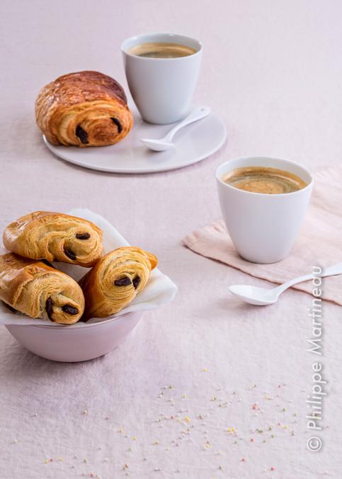 pains au chocolat et café