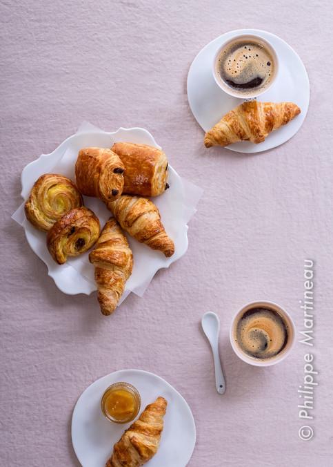 viennoiseries et café vue de dessu