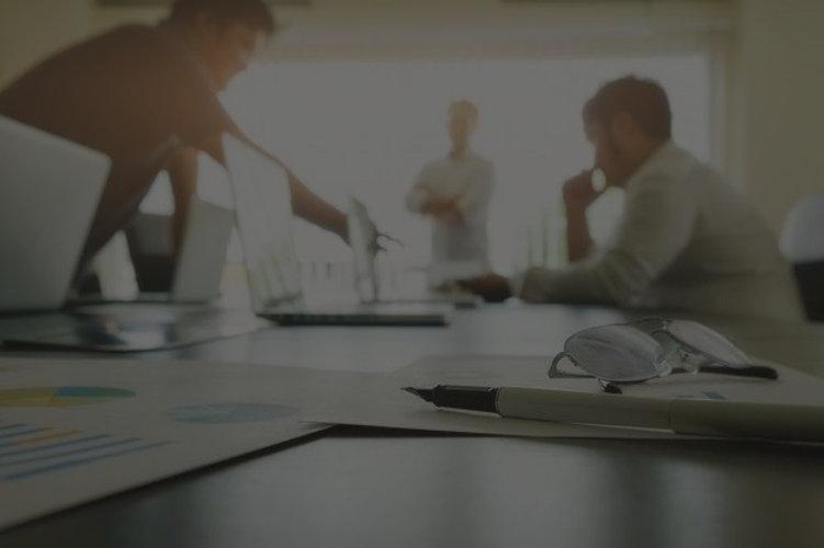 conceito-empresarial-com-espaco-de-copia-mesa-de-escritorio-com-foco-na-caneta-e-quadro-de